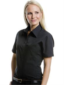 Easy iron fabric Fitted style with bust and back darts Classic collar Side vents Curved hem V shape slits on cuffs Available in 3/4 sleeve K715